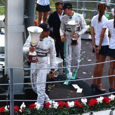 Lewis Hamilton y Nico Rosberg se marcha con sus trofeos