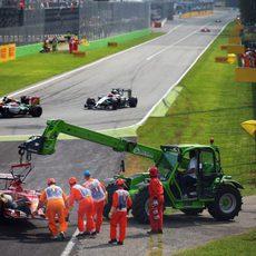 La grúa retira el coche de Fernando Alonso en Monza