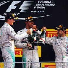 Brindis en el podio entre Hamilton, Rosberg y Massa