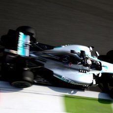 Lewis Hamilton conduce hacia la gloria