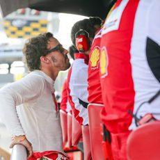 Fernando Alonso observa la carrera desde el muro