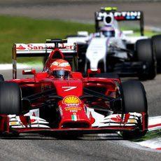 Kimi Räikkönen trata de mantener a raya a Bottas