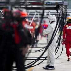 Fernando Alonso regresa a boxes tras abandonar en Monza