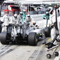 Lewis Hamilton para y coloca el compuesto duro