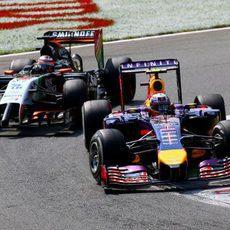 Nico Hülkenberg y Daniel Ricciardo luchan por posición