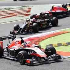 Jules Bianchi supera la primera chicane del trazado