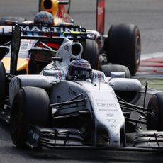 Valtteri Bottas pilota por delante de Sebastian Vettel