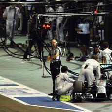 Nico Rosberg regresa al garaje tras abandonar en Singapur