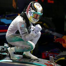 Puño de gloria de Lewis Hamilton