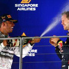 Lewis Hamilton baña de champán a Sebastian Vettel