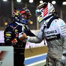 Lewis Hamilton y Sebastian Vettel se felicitan