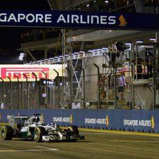 Lewis Hamilton cruza la meta en Singapur