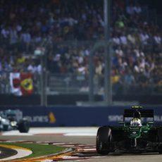 Marcus Ericsson a punto de ser doblado por Hamilton