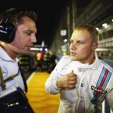 Valtteri Bottas ultima la carrera con su ingeniero