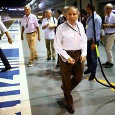 Jean Todt pasa por el pitlane durante el GP de Singapur