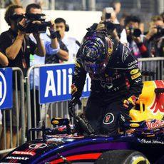 Sebastian Vettel se baja del coche tras acabar la carrera
