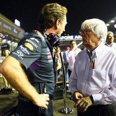 Bernie Ecclestone y Christian Horner charlan antes de la carrera