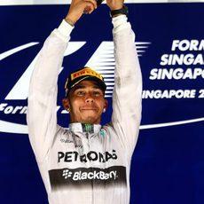 Lewis Hamilton alza la copa de ganador