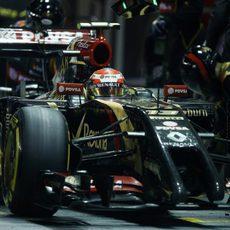 Pastor Maldonado en una parada en boxes