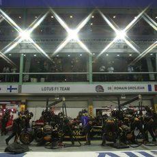 Grosjean en una de las paradas en boxes