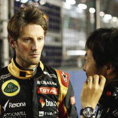 Romain Grosjean charla con su ingeniero minutos antes de la carrera