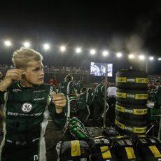Marcus Ericsson junto a los Pirelli que uso durante el GP