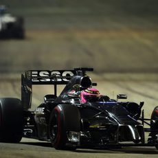 Jenson Button luchando por posición con Valtteri Bottas