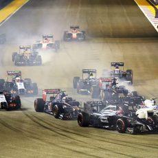Los coches tomando la primera curva del GP de Singapur