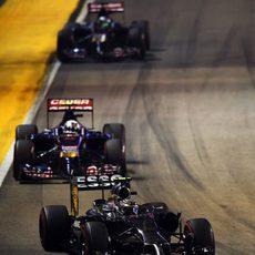 Kevin Magnussen por delante de los Toro Rosso