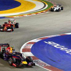 Daniel Ricciardo delante de Kimi Raikkonen tras la salida