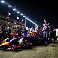 Daniel Ricciardo siendo empujado hasta su posición de salida