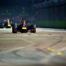 Sebastian Vettel aguantando detrás a su compañero de equipo