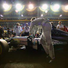 Nico Rosberg con problemas en el volante antes de tomar la salida