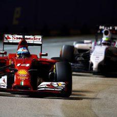 Fernando Alonso por delante de Felipe Massa después de su parada
