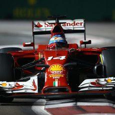 Fernando Alonso apurando los límites de la pista