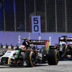 Sergio Pérez luchando con Romain Grosjean