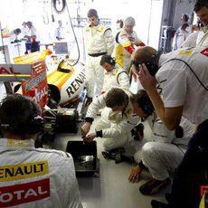 Los mecánicos de Alonso