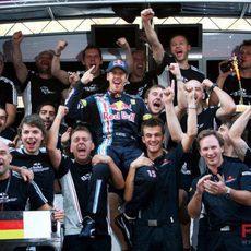 El equipo Red Bull con Vettel