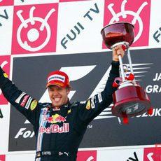 Vettel con su trofeo
