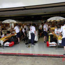 Los dos Renault en boxes