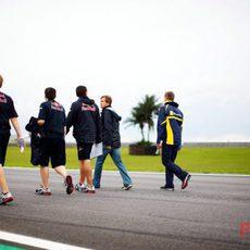Vettel pasea por el circuito con sus mecánicos