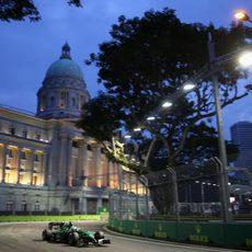 Marcus Ericsson rueda en Q1 en el trazado nocturno de Marina Bay