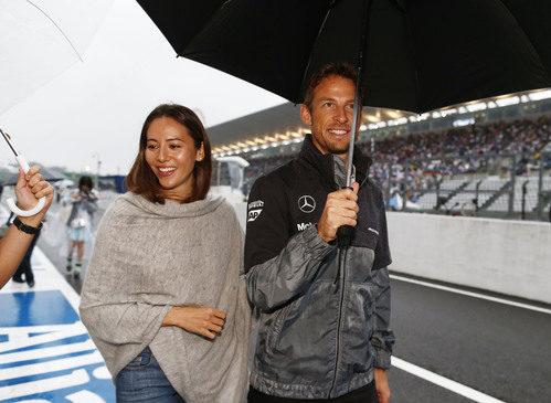 Jenson Button y Jessica Michibata pasean bajo la lluvia