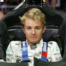 Nico Rosberg se modula el asiento para el GP de Japón