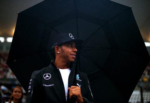 Lewis Hamilton pasea entre los aficionados