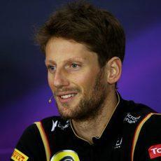Romain Grosjean sonríe en rueda de prensa