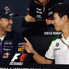 Sebastian Vettel y Kamui Kobayashi charlan en rueda de prensa
