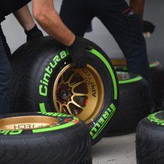Los mecánicos de Toro Rosso preparan los neumáticos