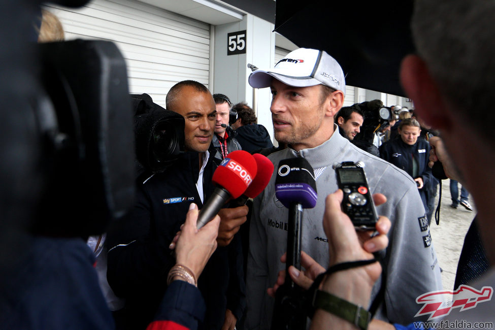 Jenson Button responde a la prensa en Suzuka