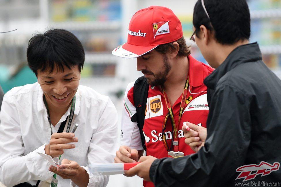Fernando Alonso firma autógrafos en Suzuka